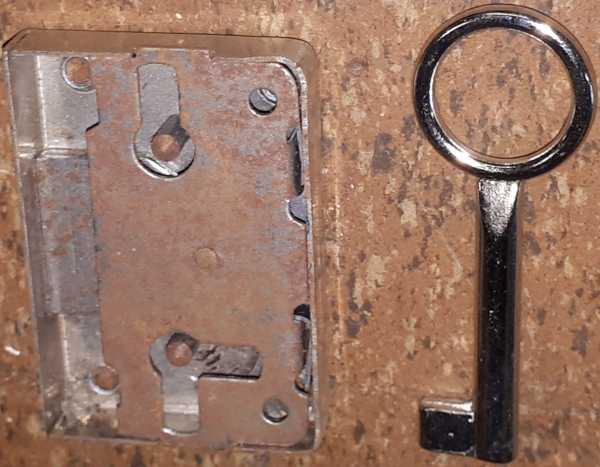 Kasten- und Schubladenschloss, Eisen vermessingt, Dorn 20mm rechts und links verwendbar, Einzelstück Bild 2