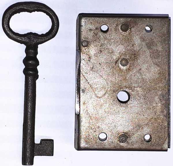 Kastenschloss antik, alt aus Eisen, mit Schlüssel, Dorn 30mm links